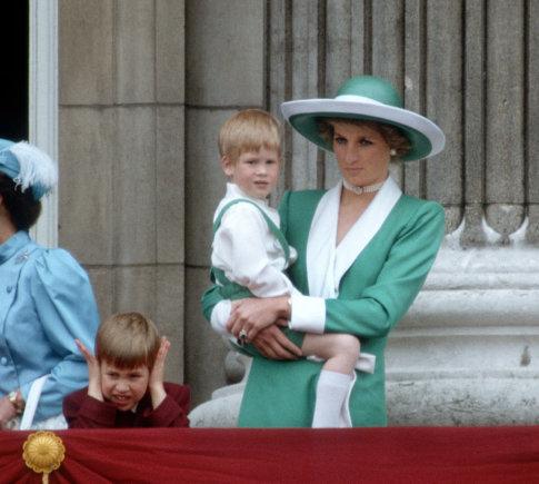 Vida Press nuotr./Princesė Diana su sūnumis Williamu ir Harry per karalienės gimtadienio paradą (1988 m.)