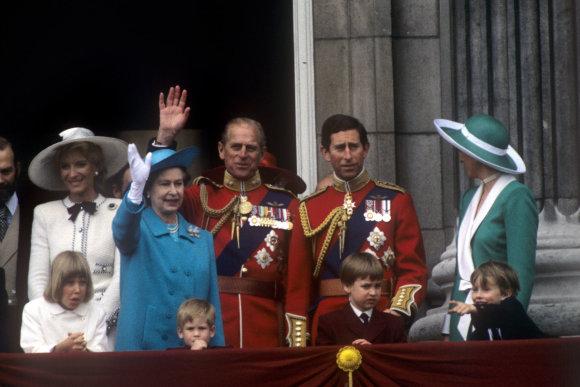 """""""Scanpix"""" nuotr./Karalienė Elizabeth II, princas Philipas, princas Charlesas ir princesė Diana su sūnumis Williamu ir Harry (1988 m.)"""