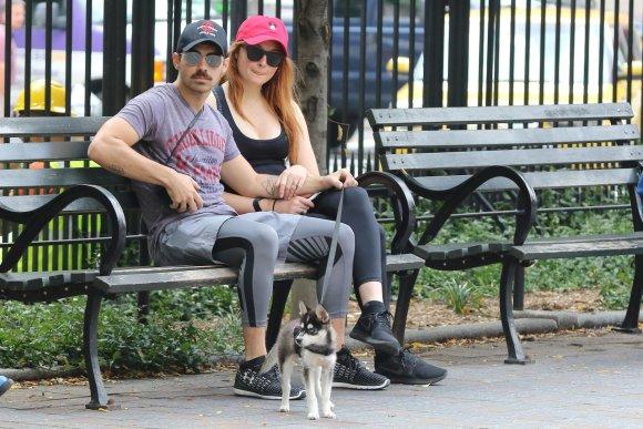 Vida Press nuotr./Sophie Turner ir Joe Jonas ir jų naujasis augintinis