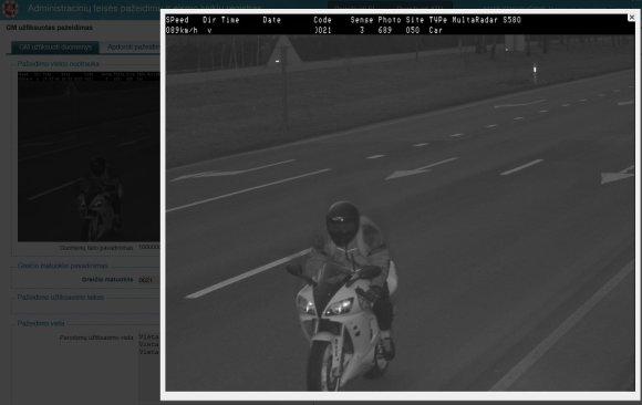 Greitį viršijantis motociklas