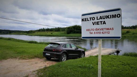 """Pauliaus Sviklo / 15min nuotr./""""Porsche Macan"""" prie Padalių-Čiobiškio kelto"""