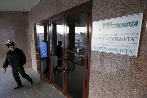 """""""Reuters""""/""""Scanpix"""" nuotr./Bendrovės """"Ukrtransnafta"""" pastatą saugo ginkluoti žmonės"""