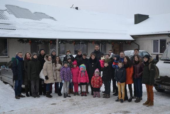 Nuotr. iš www.onosbaznycia.lt/Šv. Teresės šeimyna prie savo namų su lankytojais iš Šv. Onos bažnyčios parapijos