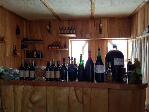 Raimundos Celencevičiaus/15min nuotr./Areni slėnis ir kalnai Armėnijoje: vietinis vynas restoranėlyje.