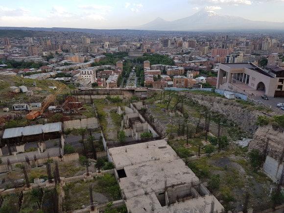 Raimundos Celencevičiaus/15min nuotr./Armėnijos sostinė Jerevanas: Kaskadų viršuje, o dešinėje – Ch.Aznavouro namai.