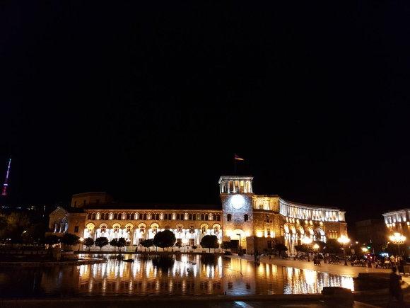 Raimundos Celencevičiaus/15min nuotr./Armėnijos sostinė Jerevanas: miesto širdis – Raudonoji aikštė, kurioje yra ir Vyriausybės rūmai.