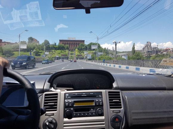 Raimundos Celencevičiaus/15min nuotr./Armėnijos sostinė Jerevanas: geopolitikos paskaita taksi automobilyje.