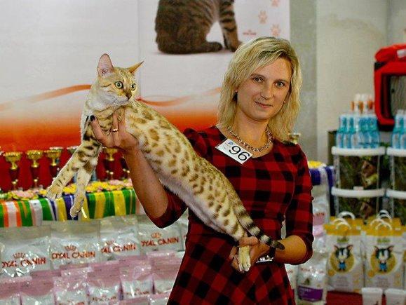 Organizatorių nuotr./Svetlana Žilinskienė ir jos bengalų katė Missery Jessy