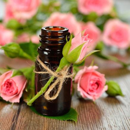 """""""Shutterstock"""" nuotr./Rožių eterinis aliejus"""