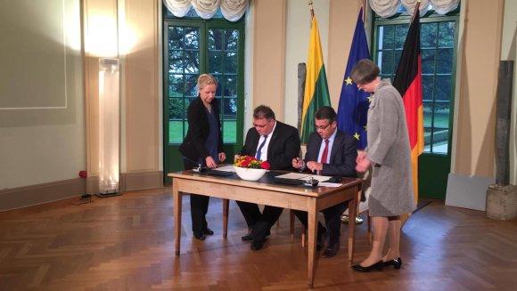 URM nuotr./Lietuvos ir Vokietijos užsienio reikalų ministrai Berlyne pasirašė susitarimą dėl Vasario 16-osios Nepriklausomybės Akto perdavimo Lietuvai penkeriems metams.