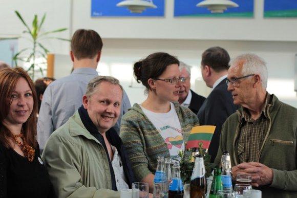 Deniso Nikolajevo ir Rimos Brazinskaitės nuotr./Danijoje lietuviai ir danai susirinko švęsti draugystės prie 1947 m. pastatyto lietuviško kryžiaus
