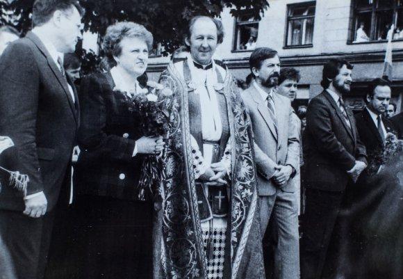 Irmanto Gelūno/15min.lt nuotr./V.Adomonis (ketvirtas iš kairės). Atidengiant Vytauto Didžiojo paminklą. 1990 m. liepos 15 d., Kaunas.