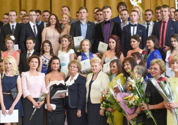 R.Dačkaus nuotr./Prezidentė įteikė atestatus