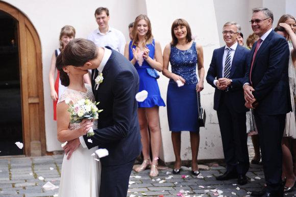 """Luko Balandžio/Žmonės.lt nuotr./Domo Dargio ir Gintarės Avulytės vestuvės. Fone – """"Eikos"""" vadovas Robertas Dargis ir A.Avulis"""