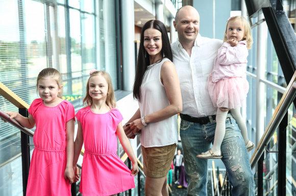 Luko Balandžio/Žmonės.lt nuotr./Kristupas Krivickas su žmona Jurgita ir dukromis