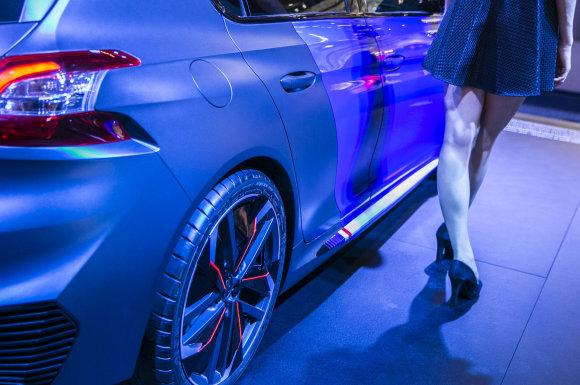 """Luko Balandžio/15min.lt nuotr./""""Peugeot"""" stendas Frankfurto automobilių parodoje"""