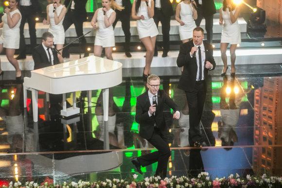 """Viganto Ovadnevo/Žmonės.lt nuotr./""""Lietuvos garbės"""" apdovanojimų akimirka"""