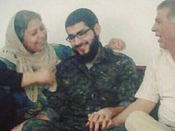 """Nuotr. iš """"Facebook""""/Masoudas Aqilas su šeima, kai ištrūko iš IS nelaisvės"""