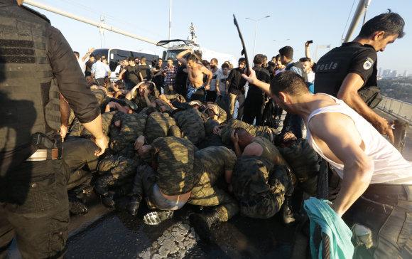 """""""Reuters""""/""""Scanpix"""" nuotr./Turkijos kariai po nepavykusio perversmo"""