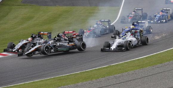 """""""Reuters""""/""""Scanpix"""" nuotr./Felipe Massa ir Danielis Ricciardo starte patyrė avariją"""