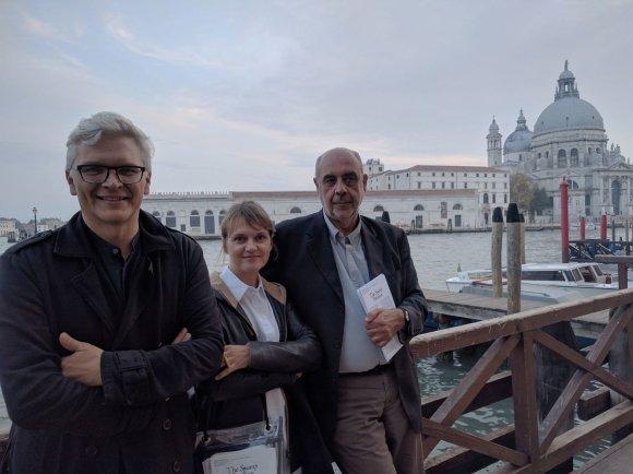 Julijos Reklaitės nuotr./Nomeda ir Gediminas Urbonai su paviljono komisaru Pippo Ciorra