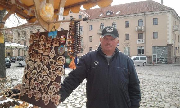 L. Sėlenienės nuotr./Gintarų pardavėjas Antanas