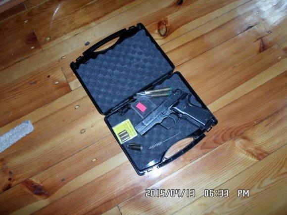 Policijos nuotr./Pas sulaikytąjį rastas ir dujinis pistoletas