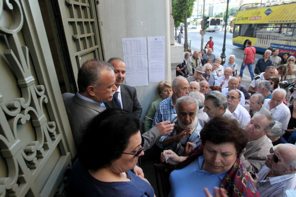 """""""Scanpix""""/""""Sipa USA"""" nuotr./Graikijos bankus apgulė įtūžę pensininkai"""