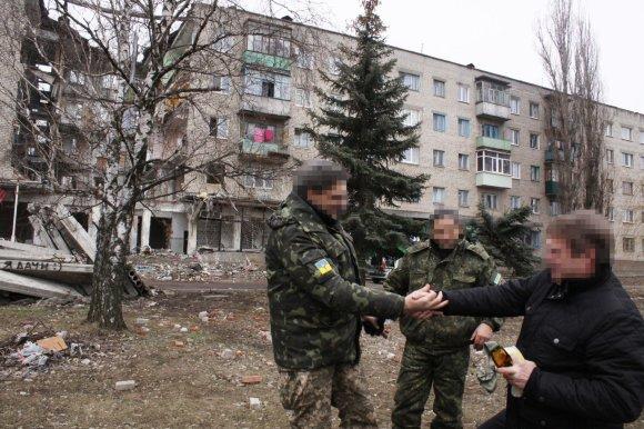 D.Pancerovo nuotr./Buvęs Ukrainos armijos majoras (dešinėje) patiria separatistų spaudimą