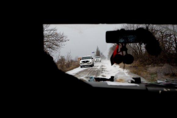 Vidmanto Balkūno / 15min nuotr./Savanoriai norėdami perduoti paramą važiuoja į pačias karščiausias fronto vietas