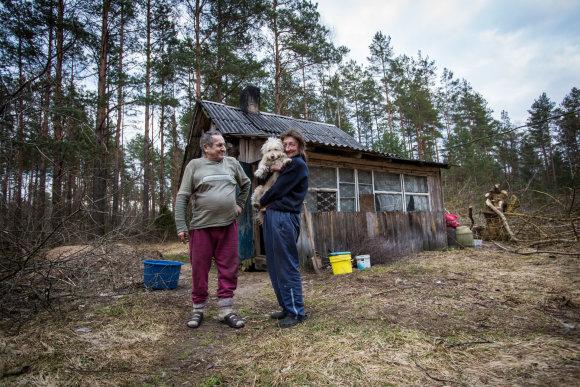 Vidmanto Balkūno / 15min nuotr./Dzūkijos girios trobelėje gyvenantys vienišiai Olegas ir Jūratė