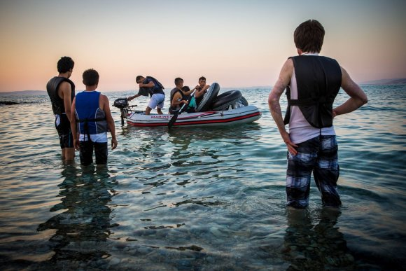 Vidmanto Balkūno/15min.lt nuotr./Migrantai ruošiasi plaukti per išorinę Europos sąjungos sieną