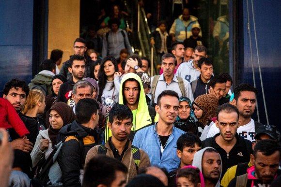 Vidmanto Balkūno / 15min nuotr./Migrantai išlipa iš kelto, atplukdžiusio juos į Atėnus.