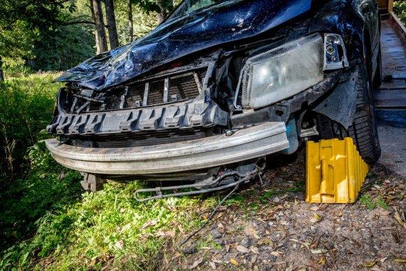 Vidmanto Balkūno / 15min nuotr./Patekęs į avariją kontrabandininkų žvalgų automobilis