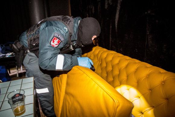 Vidmanto Balkūno / 15min nuotr./Mobiliosios kuopos pareigūnas ieško paslėptų narkotikų