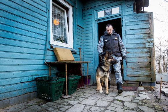 Vidmanto Balkūno / 15min nuotr./Policijos kinologas su narkotikų ieškančiu šunimi Toriu
