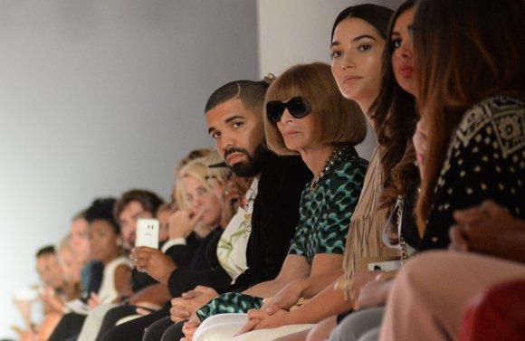 Vida Press nuotr./Anna Wintour ir atlikėjas Drake mados pristatymo pirmoje eilėje