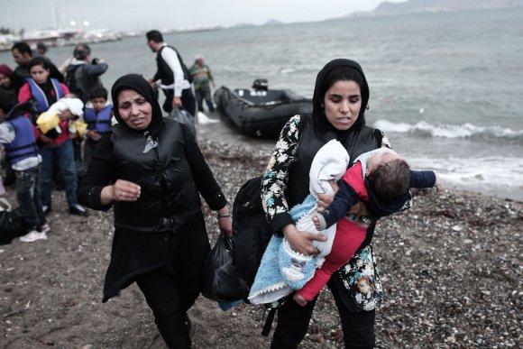 """AFP/""""Scanpix"""" nuotr./Graikijos Koso saloje išsilaipinę pabėgeliai iš Afganistano ir Sirijos"""