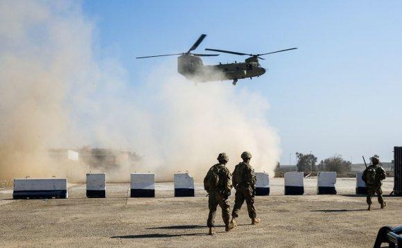 """AFP/""""Scanpix"""" nuotr./Irako pajėgos atakuoja """"Islamo valstybės"""" užimtą Mosulo oro uostą"""