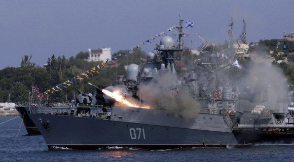 """AFP/""""Scanpix"""" nuotr./Karinis pasirodymas Sevastopolyje"""