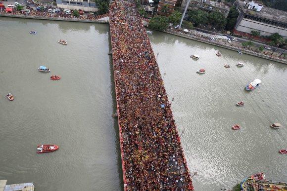 """""""Reuters""""/""""Scanpix"""" nuotr./Maniloje vyko didžiulė basų katalikų maldininkų procesija"""