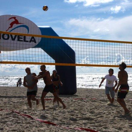 """Renginio organizatorių nuotr./""""Neringa FM Beachball CUP"""" tinklinio rungtynių akimirka"""