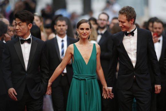 """""""Reuters""""/""""Scanpix"""" nuotr./Natalie Portman ir režisieriai Hong Won-Chan ir Laszlo Nemes"""