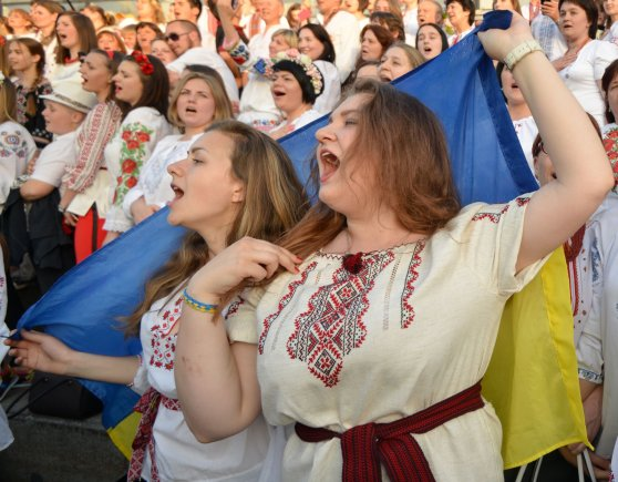"""AFP/""""Scanpix"""" nuotr./Ukrainiečiai tradiciniais rūbais demonstravo vienybę Kijevo gatvėse"""
