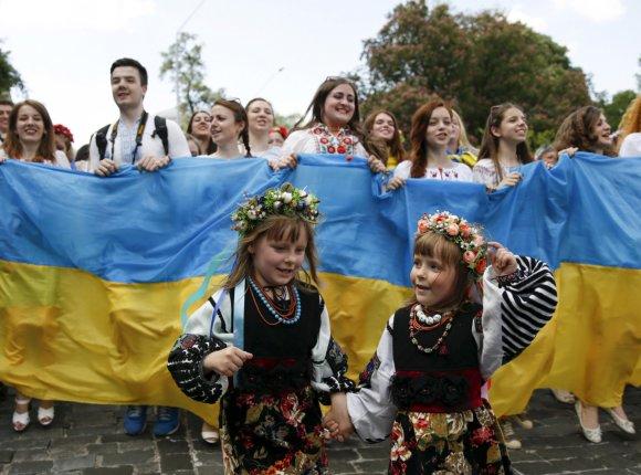 """""""Reuters""""/""""Scanpix"""" nuotr./Ukrainiečiai tradiciniais rūbais demonstravo vienybę Kijevo gatvėse"""