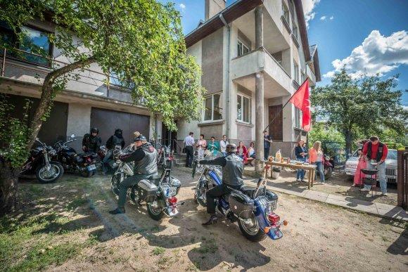 Kauno miesto savivaldybės nuotr./Vietoje klajonių gatvėse baikeriai jaunimui siūlo laisvalaikį garaže