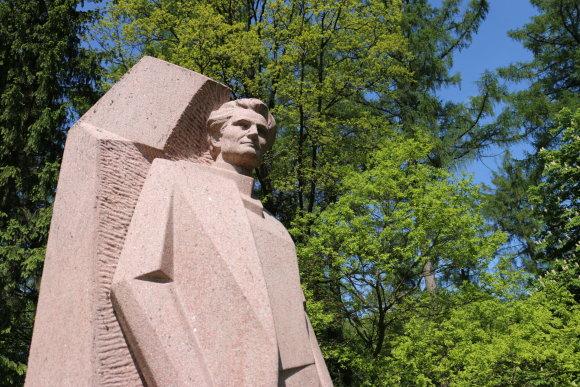 Žygimanto Menčenkovo nuotr./Kazio Griniaus skulptūra ir urna su palaikais Selemoje