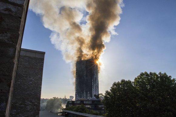 """""""Scanpix""""/""""PA Wire""""/""""Press Association Images"""" nuotr./Gaisras payčiais apėmė 27 aukštų daugiabutį vakarų Londone"""