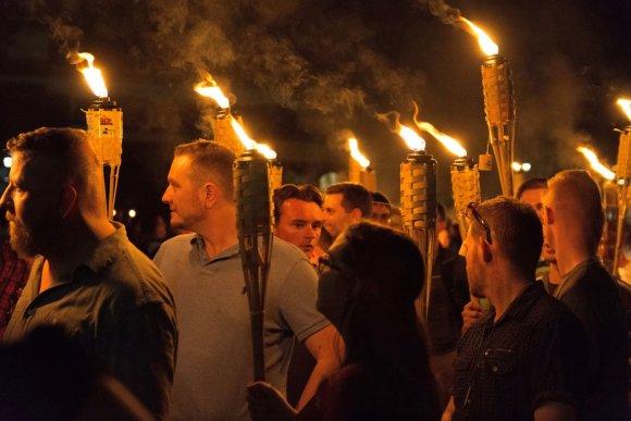 """AFP/""""Scanpix"""" nuotr./Kraštutinių dešiniųjų eitynės Šarlotsvilyje"""