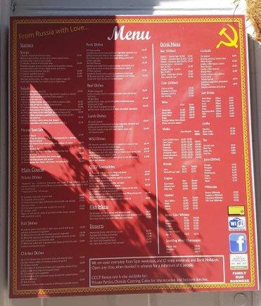 Pagrindinė atributika restorane - raudoname fone naudojami pjautuvas ir kūjis.